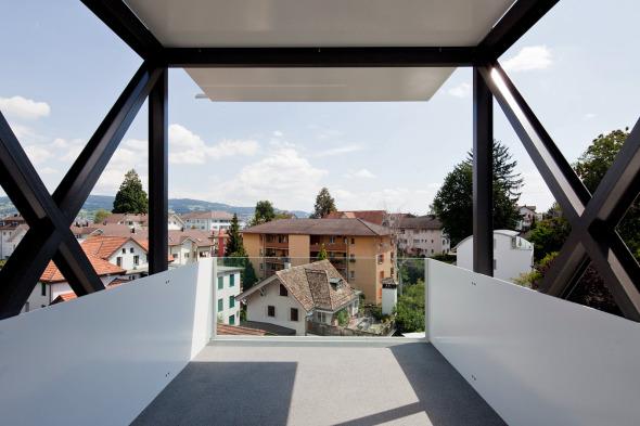 Balkon aus Stahlblech mit Glasbrüstung © Beat Bühler