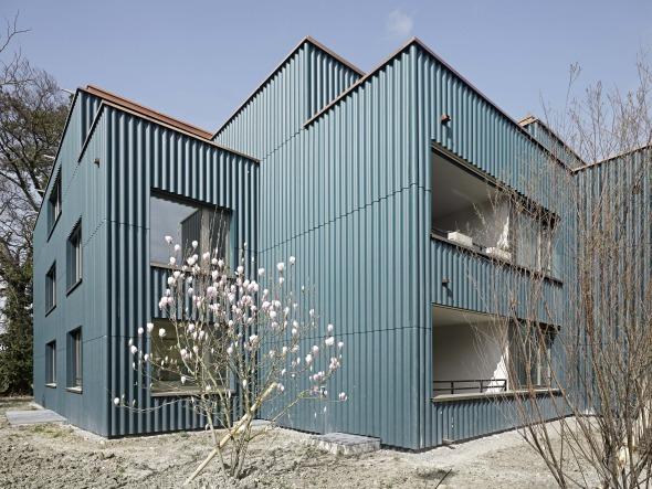 Façade avec des panneaux ondulés © Roger Frei, Zürich