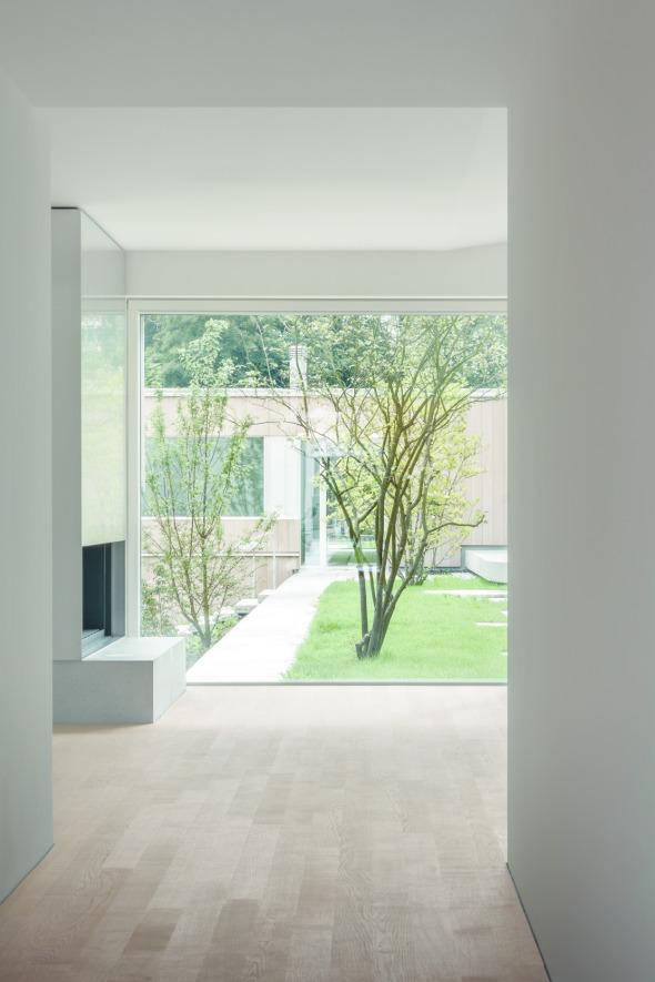 Der Durchblick zum privaten, südseitigen Garten wird durch das flache Nachbarhaus gefasst. © C. Luperto