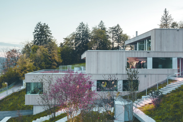 Die zwischen den Gebäudezeilen liegenden privaten Gartenbereiche schaffen Distanz und Privatheit. © C. Luperto
