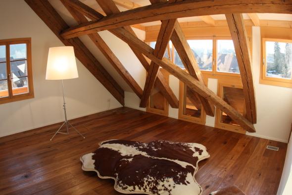 Das Holzwerk prägt den Innenraum © Christoph Lädrach