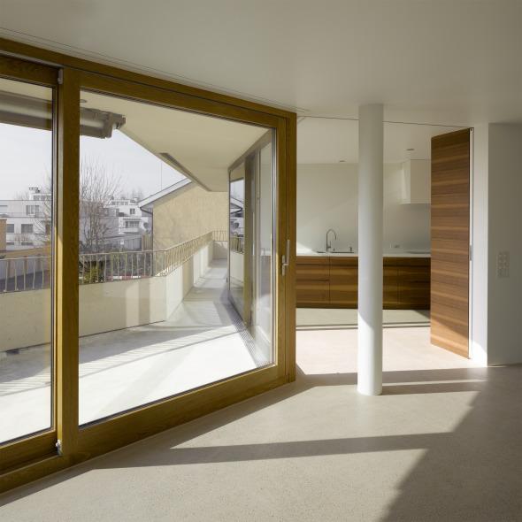 Blick Wohnzimmer 1.OG auf Terrasse und Küche  © Foto: Roland Bernath