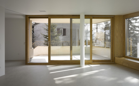 Blick Wohnzimmer 1.OG auf gedeckte Terrasse und Nachbarhaus  © Foto: Roland Bernath