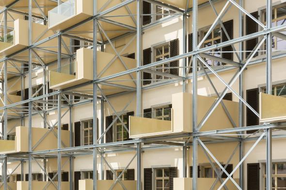 Balkonstruktur vor Fassade gestellt © Beat Bühler, Zürich