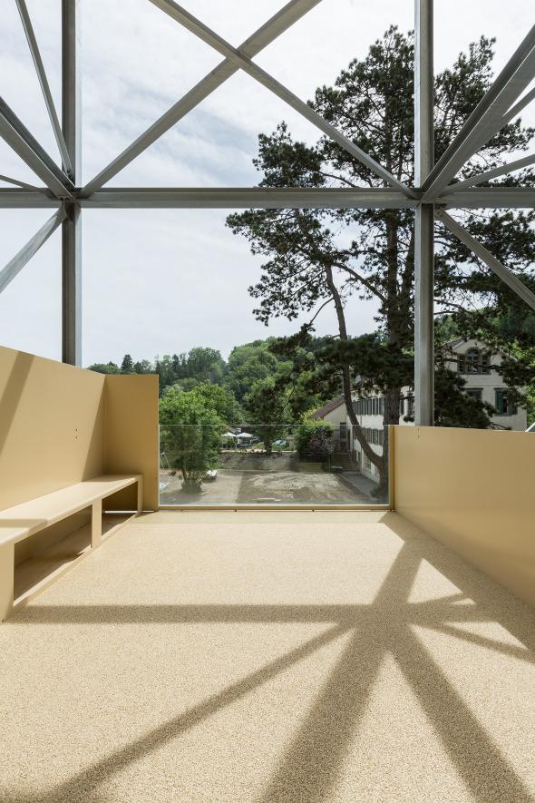 Die Sitzbank auf dem Balkon dient auch als Sichtschutz gegenüber der Nachbarwohnung © Beat Bühler, Zürich