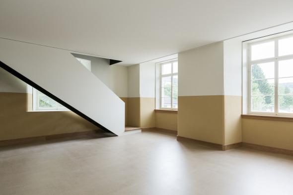 Mittels der internen Treppe wird der durchgehende (Ost- und Westseite) Teil der Wohnung erreicht © Beat Bühler, Zürich
