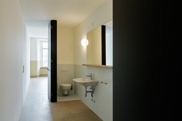 Das Bad auf der Rückseite des Kerns ist von zwei Seiten erreichbar © Beat Bühler, Zürich