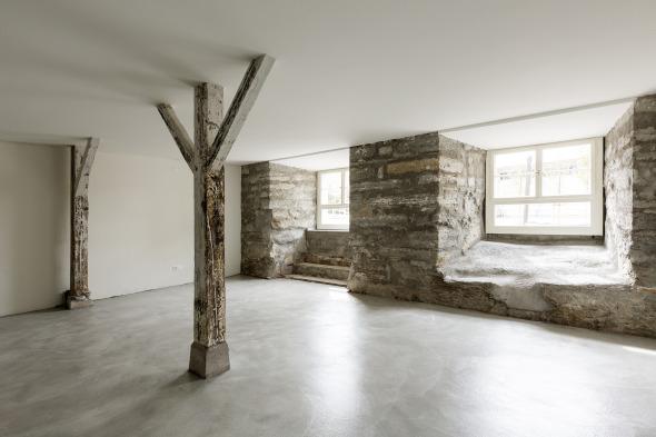 Im Atelierraum (UG) ist das Sandsteinmauerwerk sichtbar © Beat Bühler, Zürich