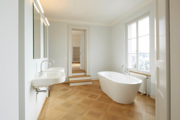 Neues Badezimmer, das stilistisch auf das 19. Jahrhundert verweist. © Beat Bühler Zürich