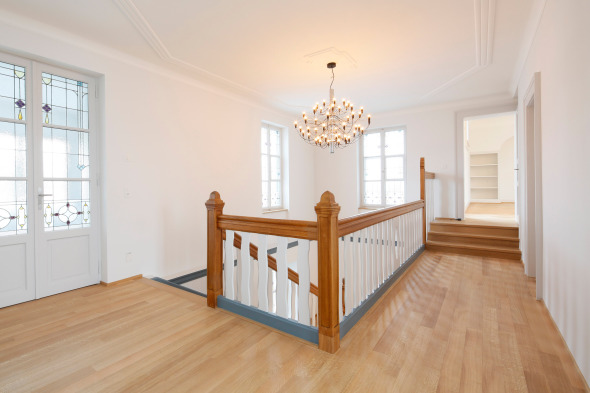 Ursprünglich erhaltene Treppe und Fenster im Obergeschoss. © Beat Bühler Zürich