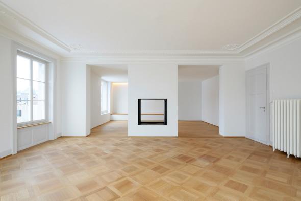 Wohnbereich im Erdgeschoss mit Durchblick in den Anbau. © Beat Bühler Zürich