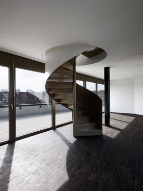 Wendeltreppe in einer Maisonettewohnung © Tonatiuh Ambrosetti