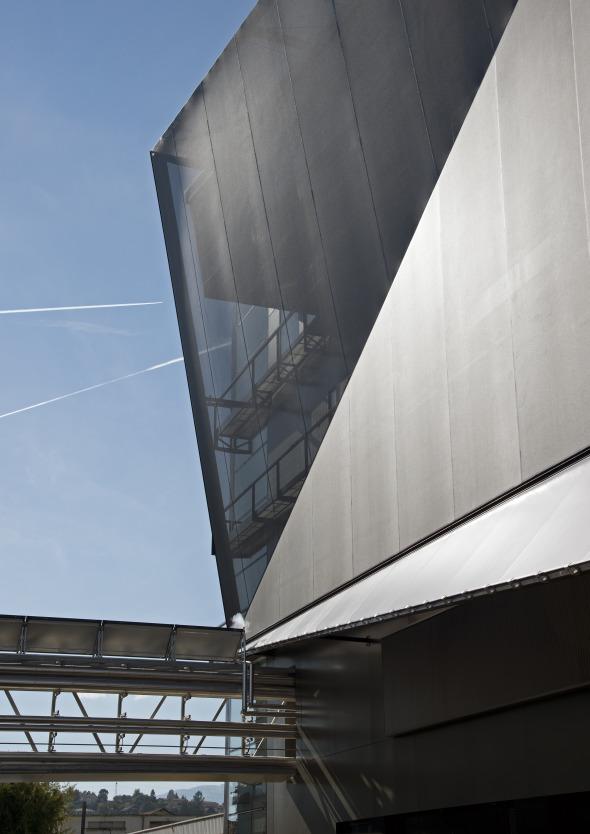 Südfassade mit Passarelle (Energie) © Concept Consult Architectes SA (Photo michelbovay.ch)