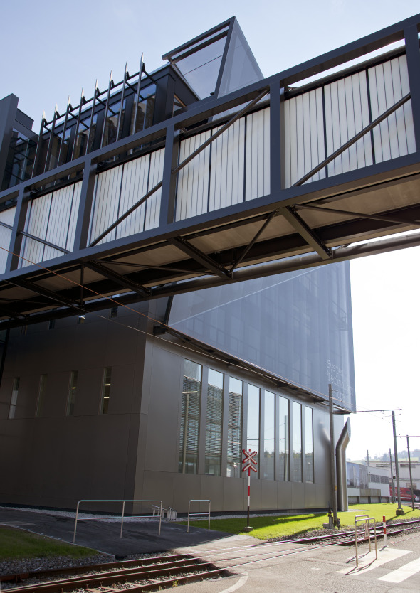 Nordfassade mit Fussgänger-Passarelle © Concept Consult Architectes SA (Photo michelbovay.ch)