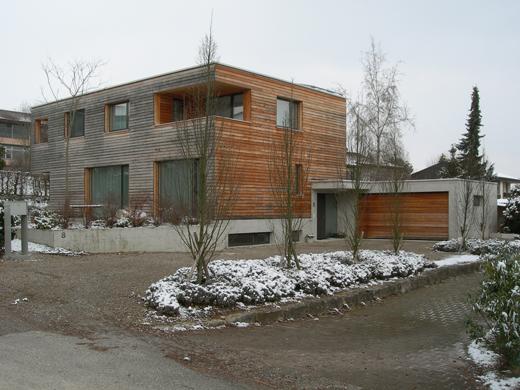 Wohnhaus aus Süden mit Zufahrt, Garage und Eingangsbereich  © Architekturbüro André Schär