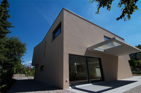 Westfassade mit gedecktem Sitzplatz © B & M Architekten
