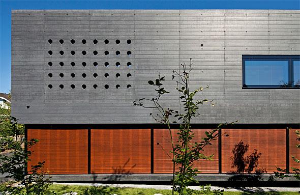 Ausschnitt Südfassade, Holzrollladen geschlossen © Leonardo
