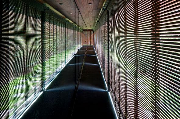 Veranda, Holzrolladen geschlossen © Leonardo