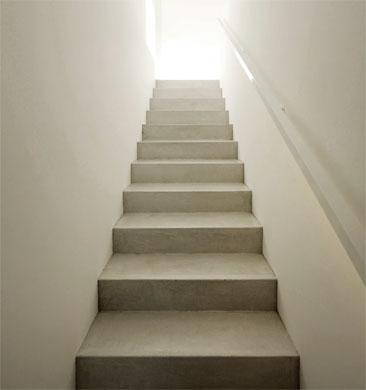 Treppe ins Wohngeschoss © Dominic Schmid Architektur