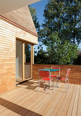Die Terrasse als neues Bindeglied zwischen Haus und Garten © Beat Bühler