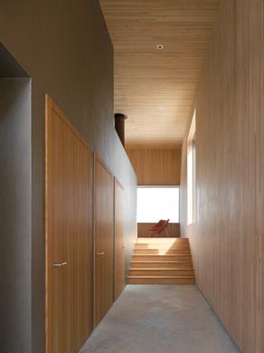 Nebeneinander von Gebäudehülle aus Holz und massivem Kern. © Roger Frei