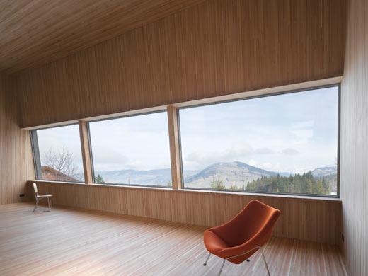 Wohnzimmer mit Panoramafenster © Roger Frei