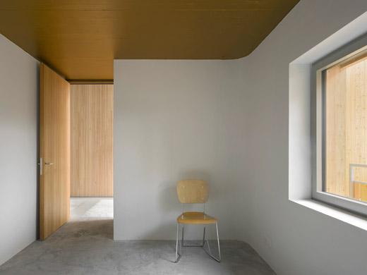 Gästezimmer im massiven Kern mit Fenster zum Eingangshof © Roger Frei