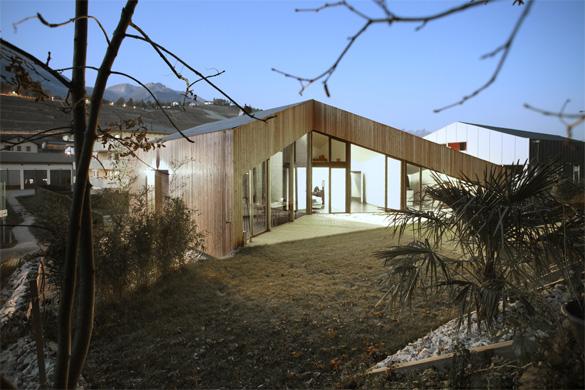 Vue sud-ouest: toutes les chambres et le séjour sont orientées sur le jardin et la forêt © Philippe Joner