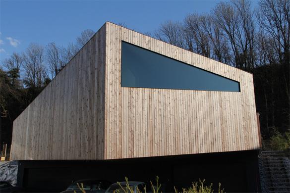 Vue nord: l'inclinaison de la face inférieur du porte-à-faux en pente inverse par rapport à la toiture permet une reprise de charges proportionnelle à la longueur du porte-à-faux (5m à la pointe et 1m sur les côtés) © Philippe Joner