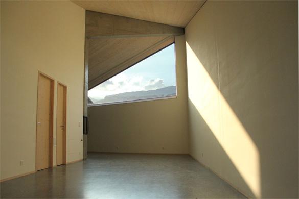 Vue depuis l'espace polyvalent qui forme un lieu entre séjour et chambres à coucher. © Philippe Joner