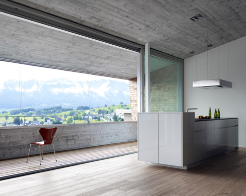 Küche und Terrasse mit Blick ins Tal