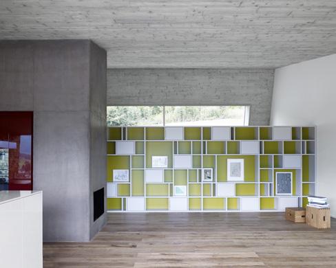 Küchenkern und Regal, Atelierfenster mit Blick Richtung Wald