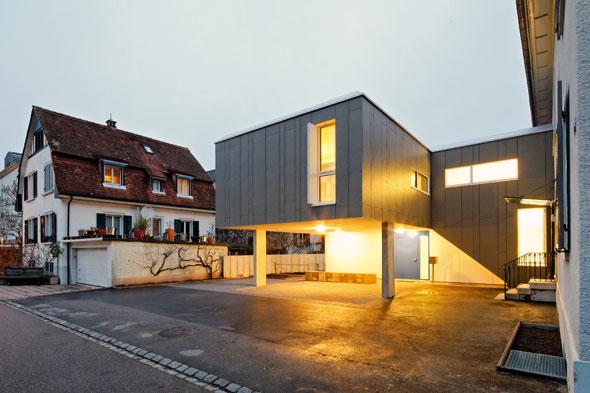 Zugangsseite mit Carport © 4dstudio | architekten