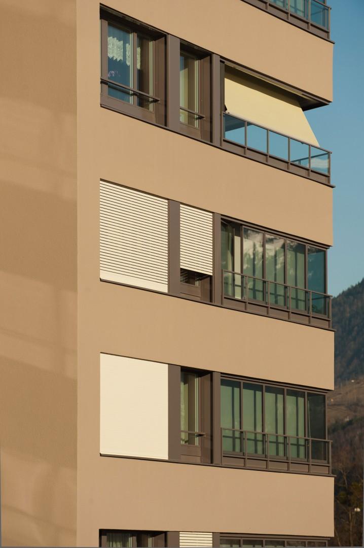 Balkonverglasungen mit Rollläden und Gelenkarmmarkisen © B+B Planer AG