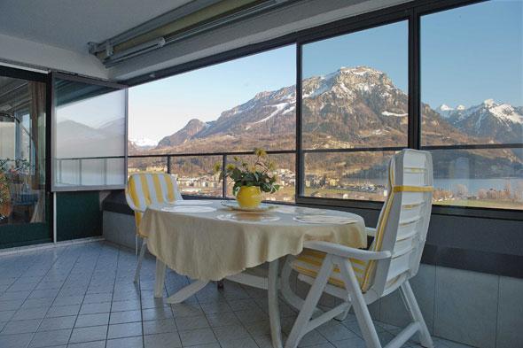 Balkonverglasung von innen, in geöffnetem Zustand © B+B Planer AG