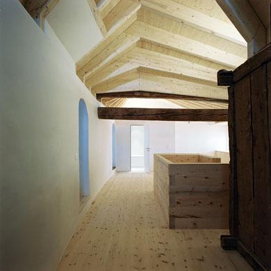 Oben ensteht Raum über die Assemblage von alt und neu © Christoph Sauter Architekten AG