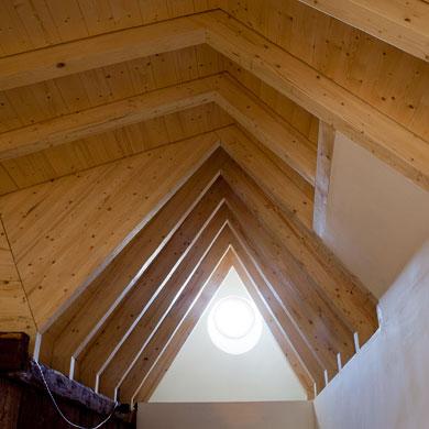 Das expressive Holzfaltwerk bringt Höhe und Licht © Christoph Sauter Architekten AG