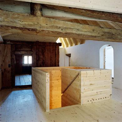 Das loftartige Wohnen umfasst die historische Stüvetta als Raum im Raum © Christoph Sauter Architekten AG