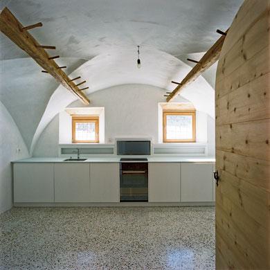Die ehemalige Vorratskammer dient heute als Küche © Christoph Sauter Architekten AG