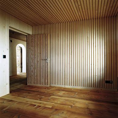 Die konstruktiv begründete Brettstapeldecke wird zum gestalterischen Motiv der Wand © Christoph Sauter Architekten AG