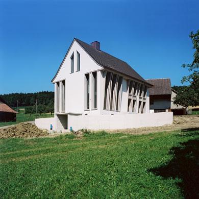 Der historische Sockel erdet das Haus, das steile Dach strebt zum Himmel © Beatrice Minda, Berlin / Michael Peuckert, Münchenstein