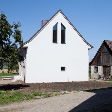 Zum Stall hin zeigt sich das Haus mural © Beatrice Minda, Berlin / Michael Peuckert, Münchenstein