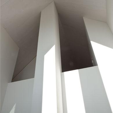 Der Blick vom Wohnraum strebt bis unter den Giebel © Beatrice Minda, Berlin / Michael Peuckert, Münchenstein