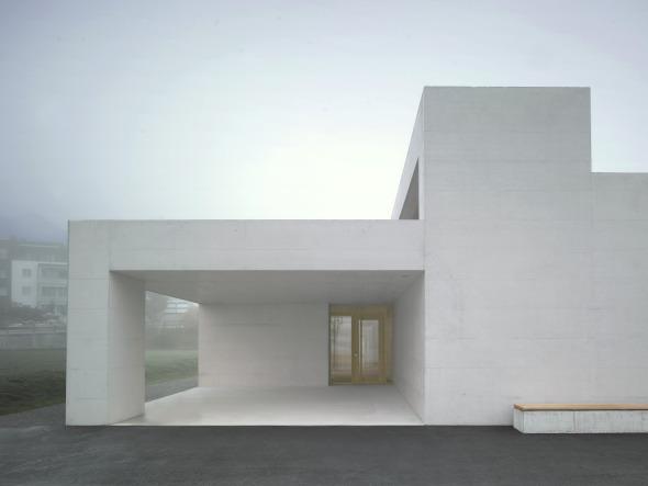 Eingang mit gedeckter Pausenhalle © Martin Guggisberg