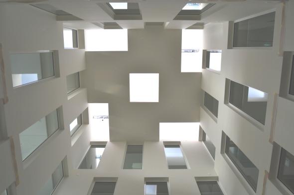 Die Geometrie dess Innenhofs wird selbst am Dach fortgeführt und generiert ein einmaliges Lichtspiel.