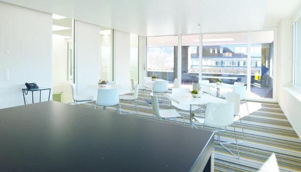 Die Mitarbeiter geniessen den grosszügigen Aufenthaltsbereich mit anschliessender Dachterrasse.