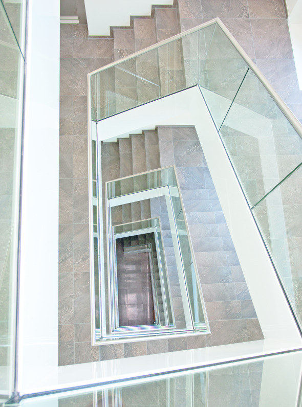 Auch im Treppenhaus wurde die Geometrie konsequent fortgeführt.
