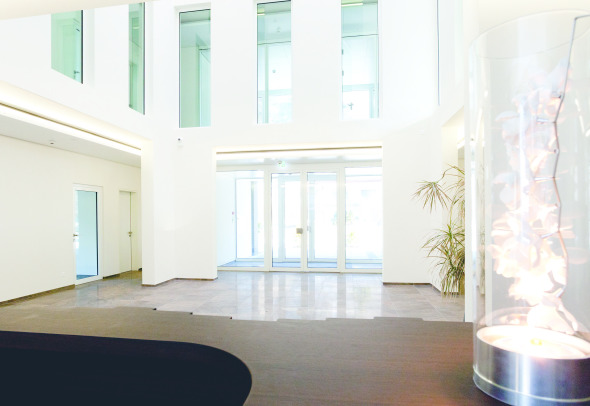 Der Eingangsbereich bietet eine überraschende Grosszügigkeit und versetzt Besucher und Kunden ins Staunen.