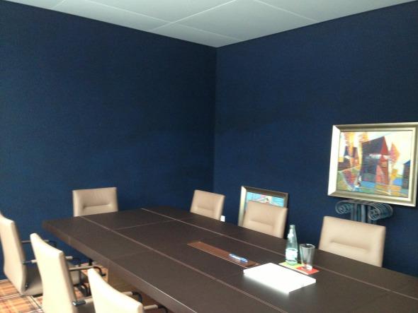 Die Sitzungszimmer überraschen mit starken Farben.