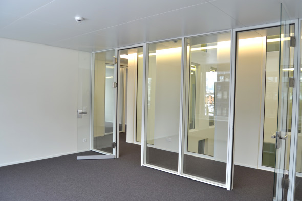 Das Spiel mit der Transparenz setzt sich selbst in den Büroräumen weiter und schafft offene und geschlossene Bereiche.